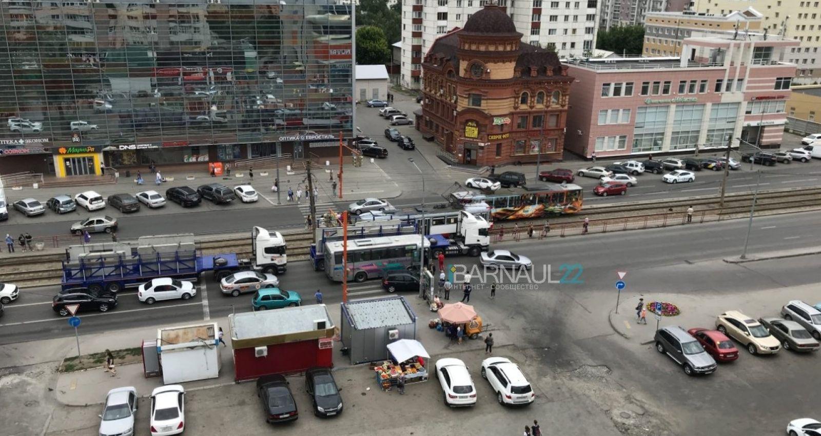 Междугородный автобус попал в ДТП в Барнауле