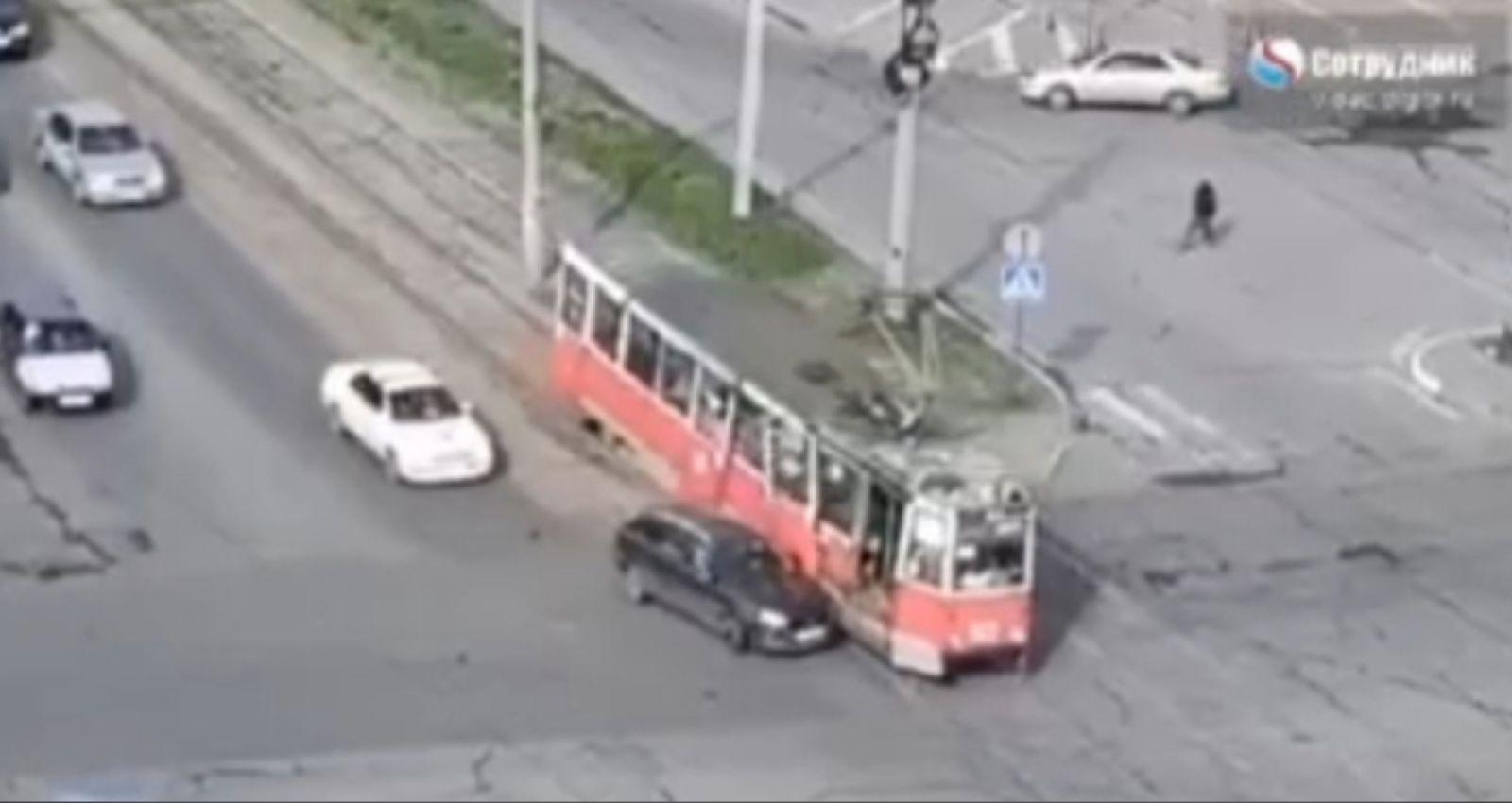 В Бийске едва не столкнулись автомобиль и трамвай. Последний лишился двери